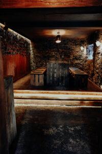s'Loch Mauren Vereinslokal Sitzbereich mit Tisch