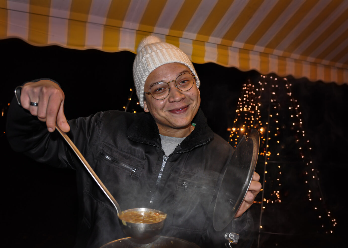 s'Loch Glüahwii und Charity - Marcos Sousa mit Suppe